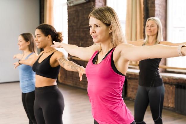 Grupo de mujeres entrenando juntas en el gimnasio
