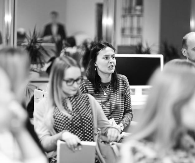 Grupo de mujeres escuchando una conferencia en un seminario empresarial