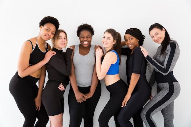 Grupo de mujeres en el gimnasio para la clase de fitnes