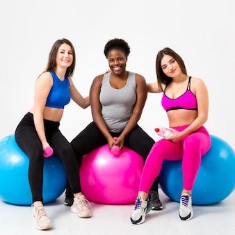 Grupo de mujeres en el gimnasio en el descanso