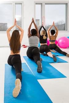Grupo de mujeres haciendo ejercicio en mat