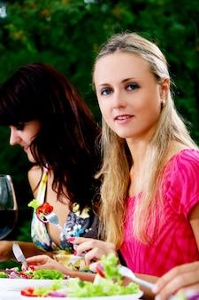 Grupo de mujeres hermosas bebiendo vino