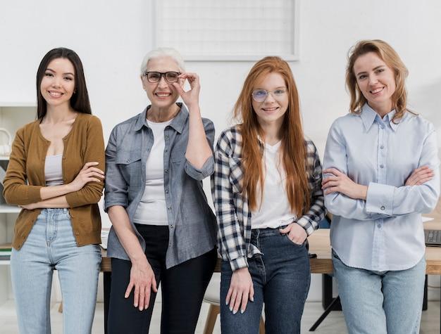 Grupo de mujeres hermosas posando juntos