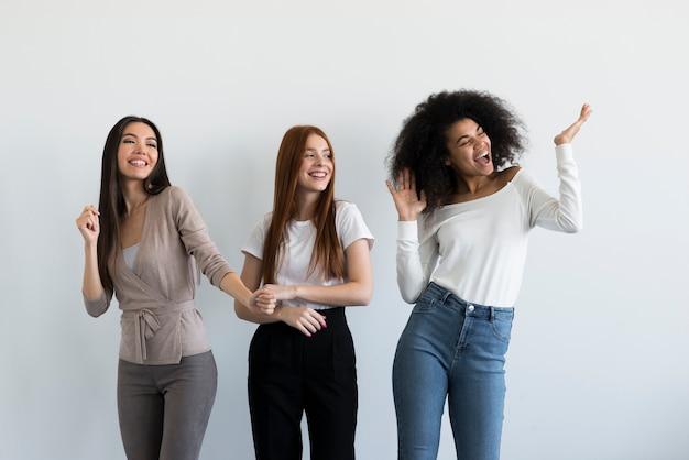 Grupo de mujeres jóvenes animando juntos
