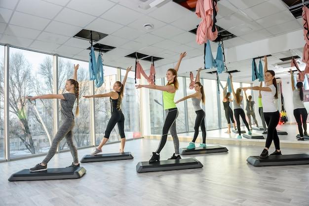 Grupo de mujeres jóvenes entrenando en gimnasio