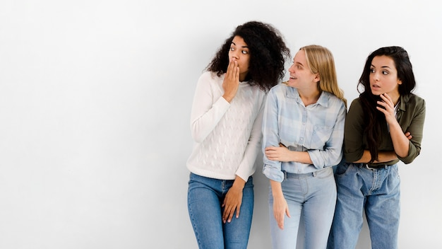 Grupo de mujeres jóvenes con espacio de copia