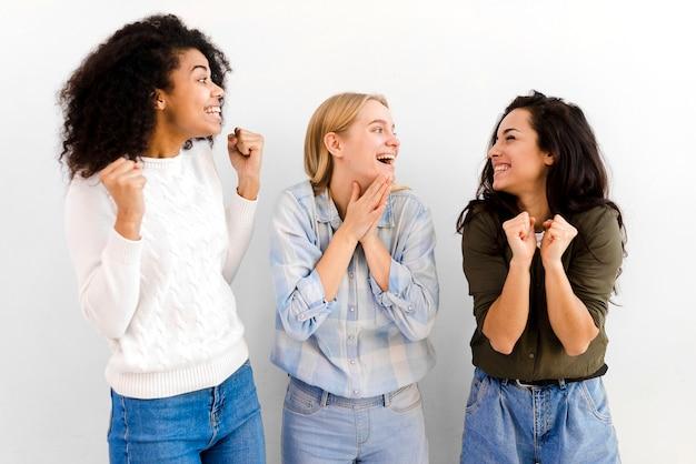 Grupo de mujeres jóvenes felices celebrando juntos