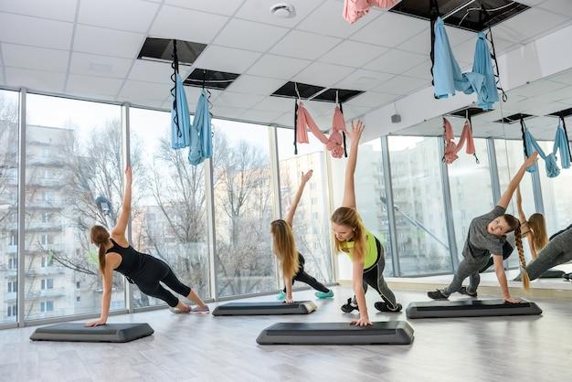 Grupo de mujeres jóvenes haciendo ejercicios en el gimnasio