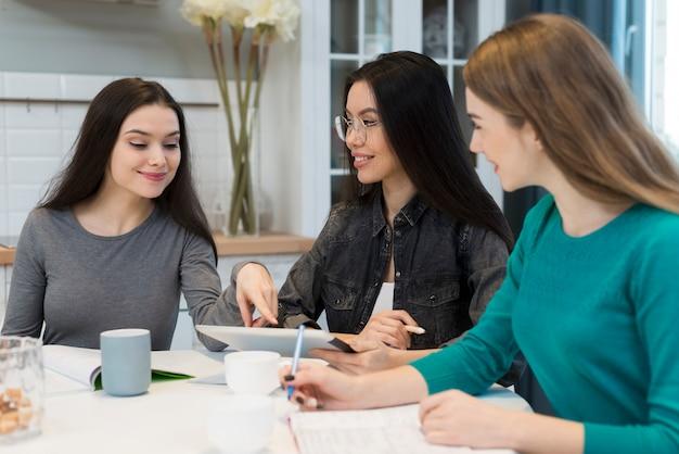 Grupo de mujeres jóvenes haciendo planes juntos