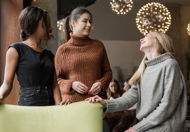 Grupo de mujeres jóvenes pasando un buen rato