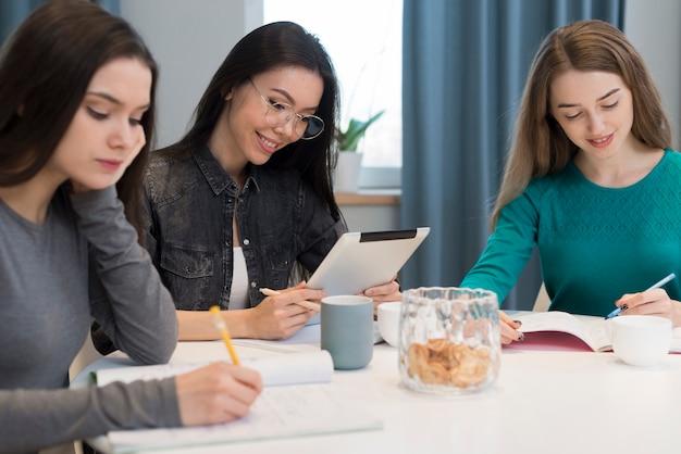 Grupo de mujeres jóvenes trabajando juntas en casa