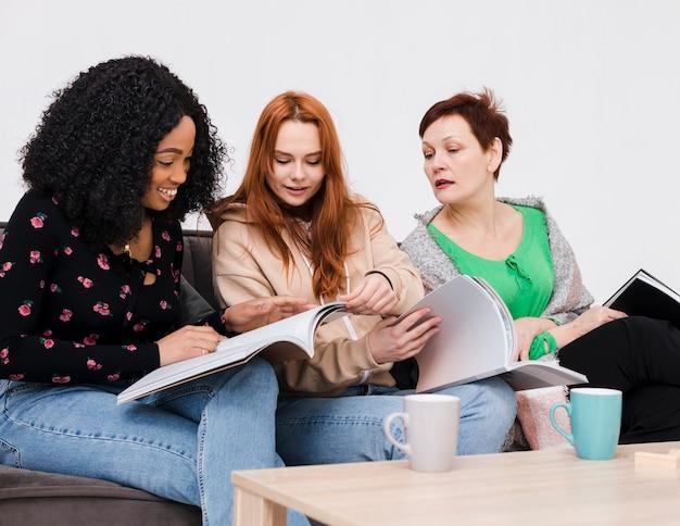 Grupo de mujeres leyendo libros juntos