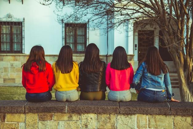 Grupo de mujeres posando en la calle.