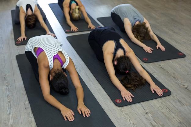 Grupo de mujeres realizando ejercicios de estiramiento
