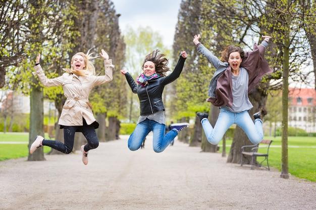 Grupo de mujeres saltando en el parque