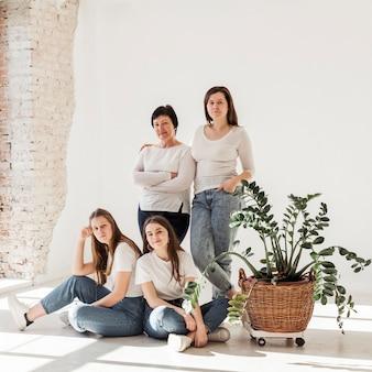 Grupo de mujeres sonrientes
