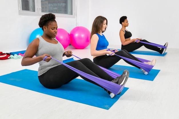 Grupo de mujeres trabajando duro en la clase de fitness