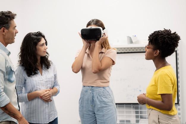 Grupo de mujeres usan gafas de realidad virtual