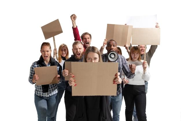 Grupo multicultural emocional de personas gritando mientras sostiene pancartas en blanco sobre blanco