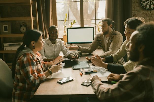 Grupo multiétnico discutiendo proyecto de inicio