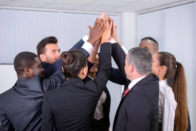 Grupo multiétnico empresarios felices en la oficina