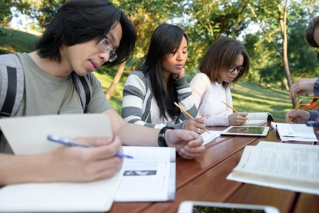 Grupo multiétnico de jóvenes concentrados.