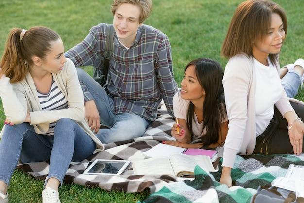 Grupo multiétnico de jóvenes estudiantes concentrados.