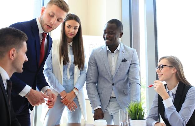 Grupo multiétnico de jóvenes poniendo sus manos uno encima del otro. cerrar imagen de jóvenes empresarios haciendo una pila de manos.