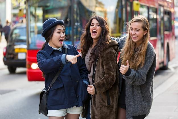 Grupo multirracial de chicas caminando en londres.