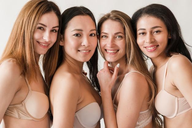 Grupo multirracial de mujeres contentas en sujetadores.