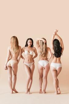 Grupo multirracial de mujeres posando en ropa interior.