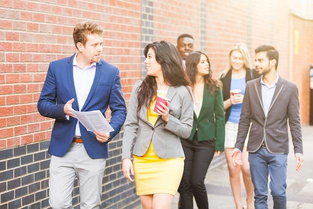 Grupo multirracial de negocios caminando en londres.