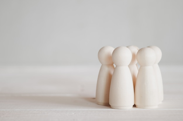 Grupo de muñecas de madera sobre la mesa