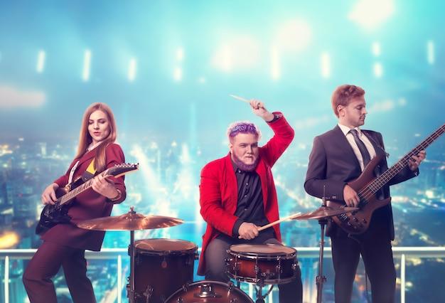 Grupo musical en trajes, actuando en la azotea.