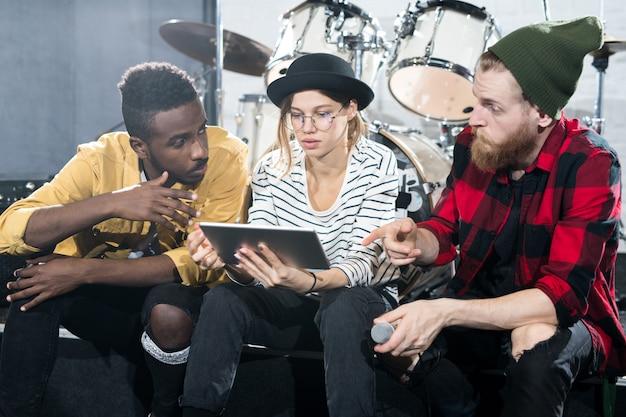 Grupo de músicos en estudio