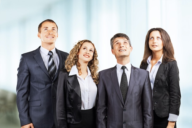 Un grupo de negocios atractivo y exitoso, listo para un trabajo serio.