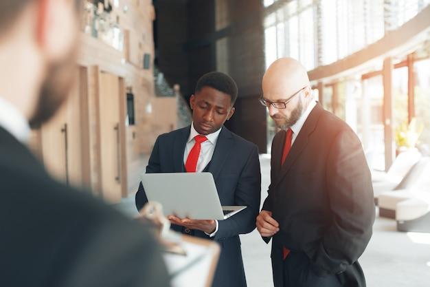 Grupo de negocios discusión discusión estrategia trabajar