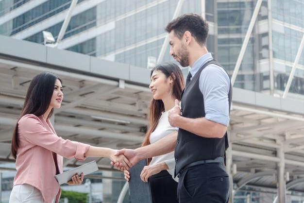 Grupo de negocios discutir sobre trabajo y acuerdo en la ciudad.