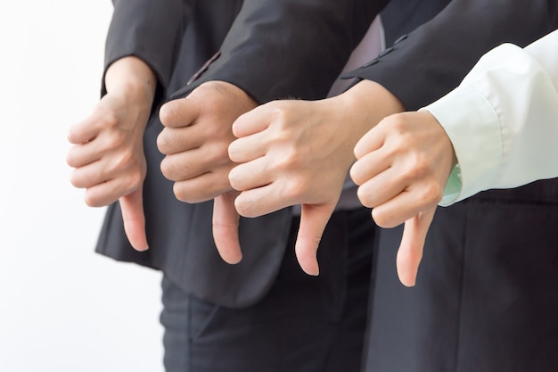Grupo de negocios muestra aversión o a diferencia de los pulgares hacia abajo mano