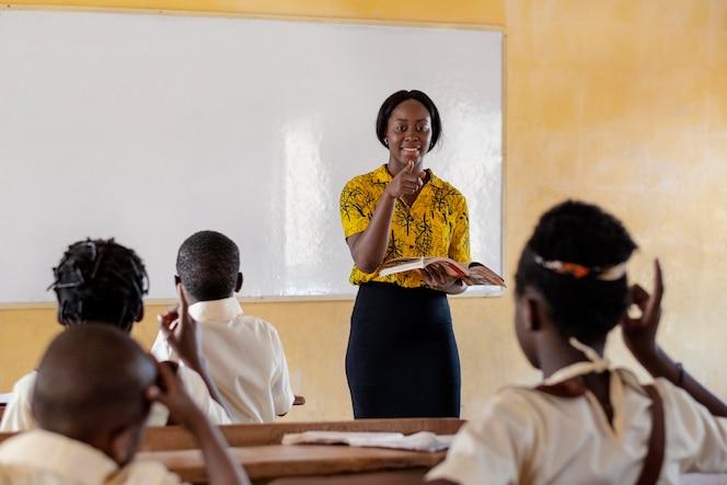 grupo de niños africanos prestando atención a la clase.