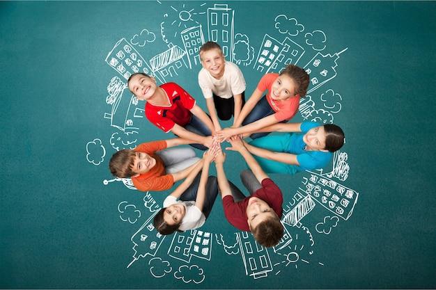 Grupo de niños alegres de pie en círculo