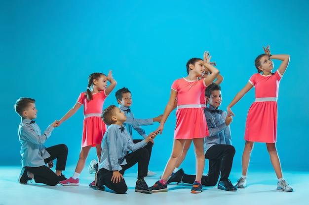 Grupo de niños bailarines