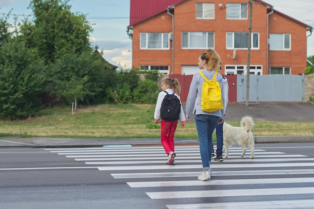 Grupo de niños cruzando la carretera en paso de cebra
