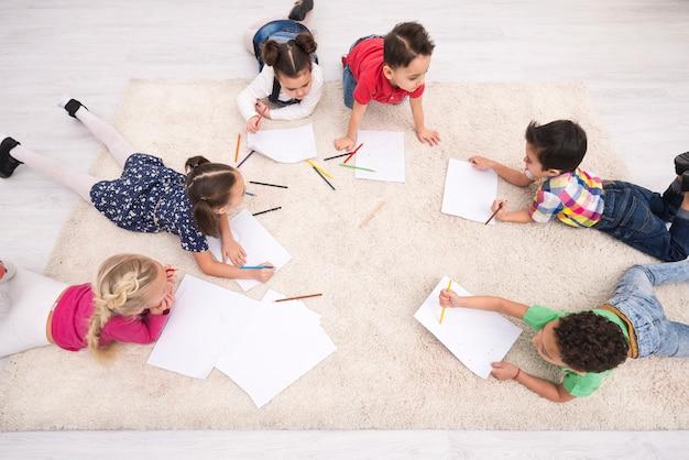 Grupo de niños dibujando
