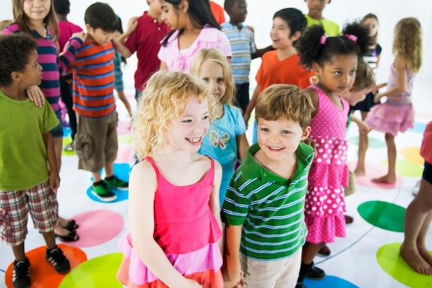 Grupo de niños diversos que se unen
