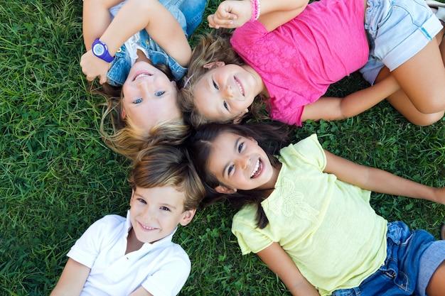 Grupo de niños se divierten en el parque.