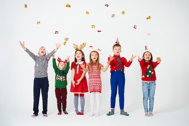 Grupo de niños divirtiéndose