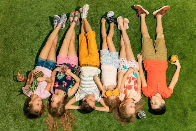 Grupo de niños felices jugando al aire libre