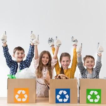 Grupo de niños felices de reciclar