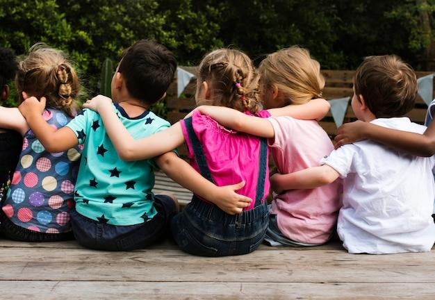 Grupo de niños de kindergarten amigos de los niños sentados juntos